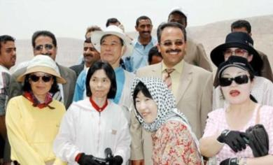 وزير التربية ومحافظ حضرموت في صورة تذكارية مع بعض السياح