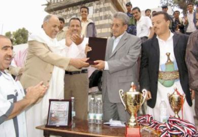 د. يحيى الشعيبي، وزير الدولة أمين العاصمة يقوم بتسليم الجوائز