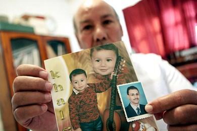 المهندس المصري محمد شعلان يحمل صورة ابنه وليد وأخرى لحفيده خالد وليد