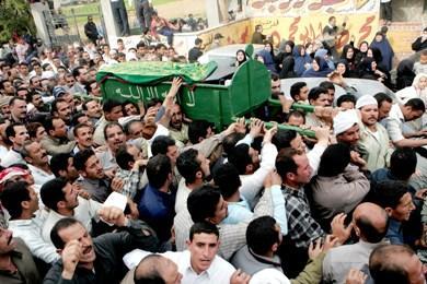 مشيعون يحملون جثمان وليد شعلان، أحد ضحايا حادثة جامعة فرجينيا بعد وصوله إلى قريته بالزقازيق السبت الماضي