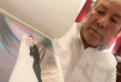 المهندس المصري محمد شعلان يحمل صورة ابنه وليد وعروسته