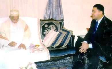 السفير نبيل خالد ميسري القنصل العام لليمن في مومباي مع سلطان البهرة محمد برهان الدين أثناء لقائه في الجامعة السيفية