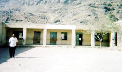 صورة لمدرسة عمر بن العاص تحكي قدم المبنى