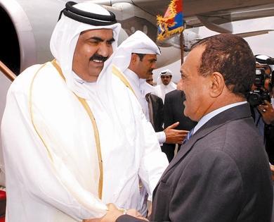 فخامة الرئيس علي عبدالله صالح أثناء استقباله أخيه سمو الشيخ حمد بن خليفة أمير دولة قطر في مطار صنعاء الدولي أمس