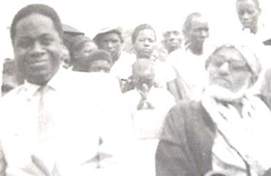 الداعية الشريف الجفري مع  احد سلاطين امارة في تنجانيقا  الذي أسلم على يديه