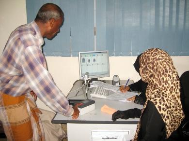أثناء عمل البصمة البيولوجية لأحد الموظفين