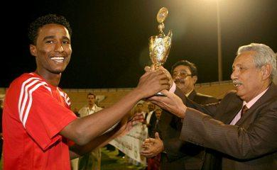 عبدالله يسلم هداف البطولة يتسلم كأس الهداف من وكيل  وزارة الشباب والرياضة