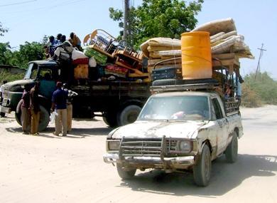 صور التقطت يوم أمس للمواطنين الصوماليين مستخدمين كافة وسائل النقل المتاحة للعودة إلى منازلهم المنخولة بالرصاص في العاصمة مقديشو