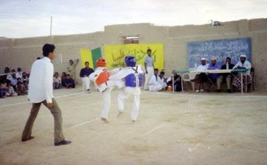 لقطة من إحدى مباريات بطولة التايكواندو التي جرت في ساحة النادي بين فريقي ناديي الأحقاف والوحدة