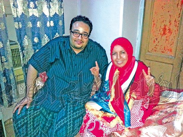 الزميل محمد هشام مع الناشطة زهراء صالح أمس