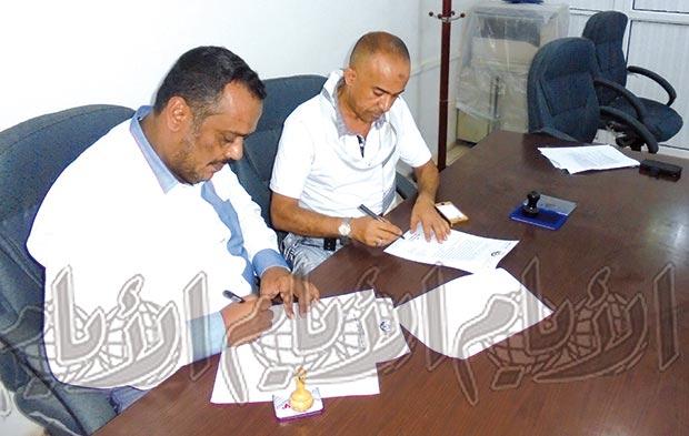 القاضي علي عطبوش و عبدالعظيم القدسي أثناء توقيع اتفاقية صرف التعويضات أمس