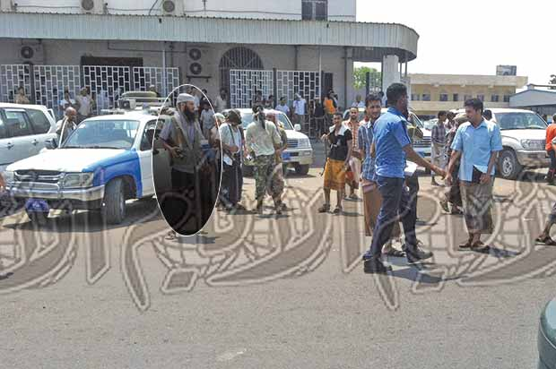 مسلحون تابعون للشيخ الحجوري أثناء انتشارهم في الشارع الرئيسي بالشيخ عثمان أمس