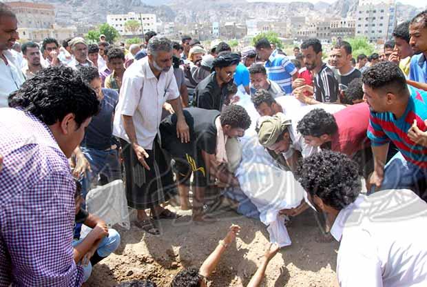 مشهد من لحضه دفن الشاب أمين
