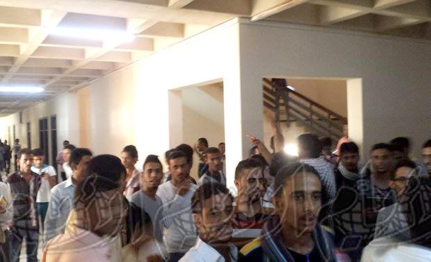 وقفة احتجاجية لطلاب جامعيون في كلية الحقوق بجامعة عدن
