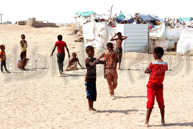 الاطفال يلهون في المخيم