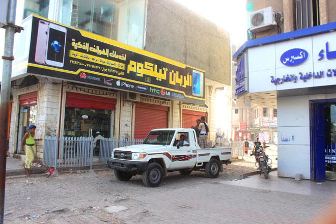 دورية الحزام الأمني مرابطة في موقع سوق السلاح بالشيخ عثمان (أمس)
