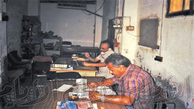 محمد عبدالله مخشف سكرتير التحرير وبجانبه مدير التحرير تمام باشراحيل عام 1993م