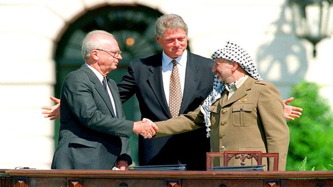 مصافحة تاريخية بين الزعيم الفلسطيني ياسر عرفات ورئيس الوزراء الاسرائيلي اسحق رابين يتوسطهم كلينتون