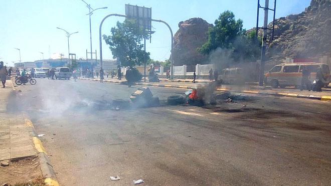 احتجاجات بالقرب من مجمع المول