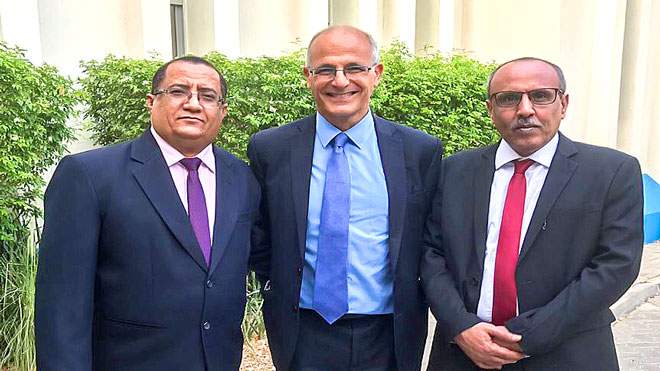 علي الكثيري وناصر الخبجي يتوسطهم السفير البريطاني لدى اليمن السيد مايكل آرون