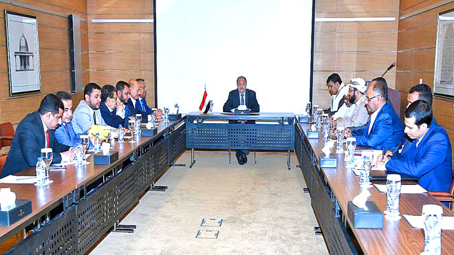 أثناء اجتماع علي محسن وبن دغر بالاحزاب اليمنية - أمس بالرياض