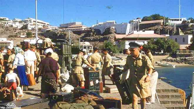 مغادرة أسر ضباط القوات البريطانية المتبقية عبر البحر