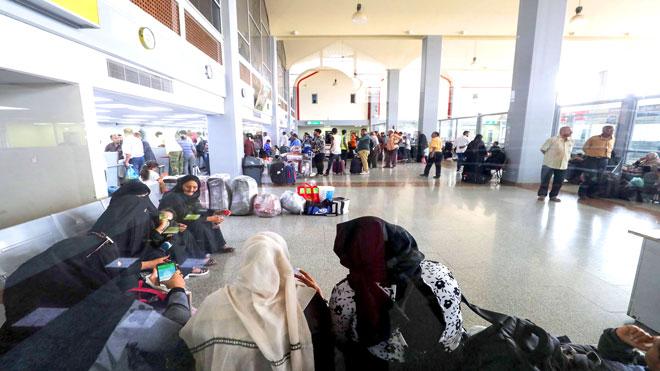 مسافرون في صالة الانتظار بمطار عدن