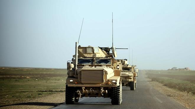 عربات مدرعة أمريكية تقوم بدوريات في ريف محافظة دير الزور شرق سوريا