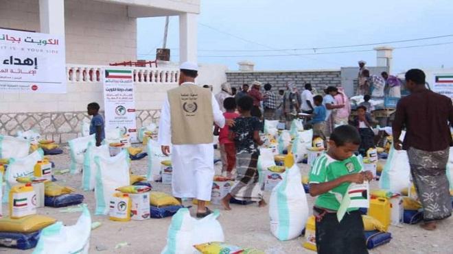 توزيع الإغاثة الإنسانية.. فوضى وفساد وارتجالية وغياب دور الحكومة الرقابي