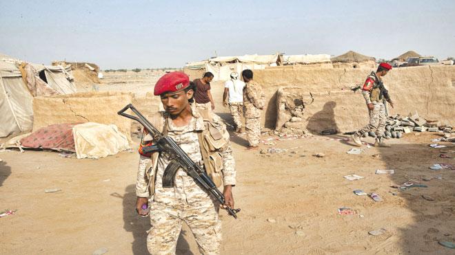 الشرطة العسكرية اليمنية مع مخبأ للأجهزة المتفجرة التي قالوا إنهم وضعوها من قبل مقاتلي الحوثي في منطقة حنان