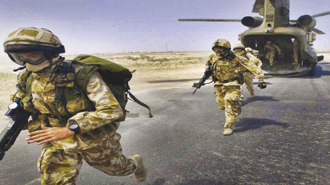 جنود بريطانيون من القوات الجوية الخاصة أثناء نزولهم من المروحية «شينوك»