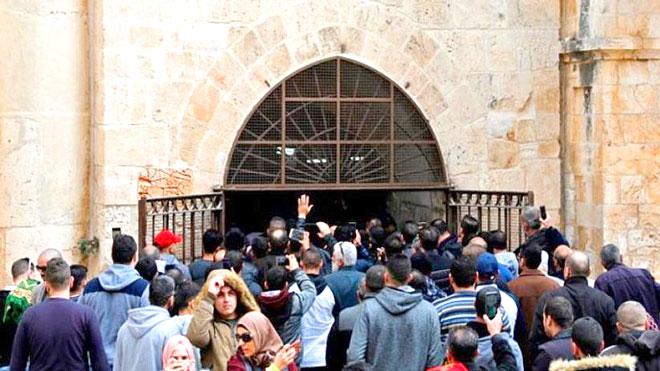 لحظة المصلين يفتحون باب الرحمة في المسجد الأقصى المغلق منذ 16 عاما
