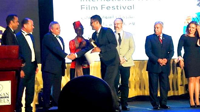 لحظة تتويج المخرج عمرو جمال بالمهرجان