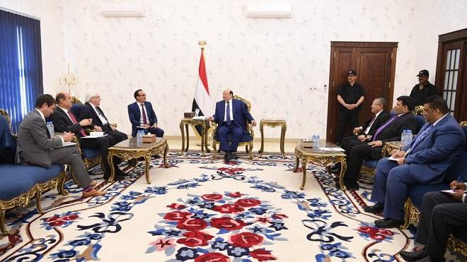 الرئيس اليمني عبدربه منصور هادي مع المبعوث الأممي لليمن جريفثس