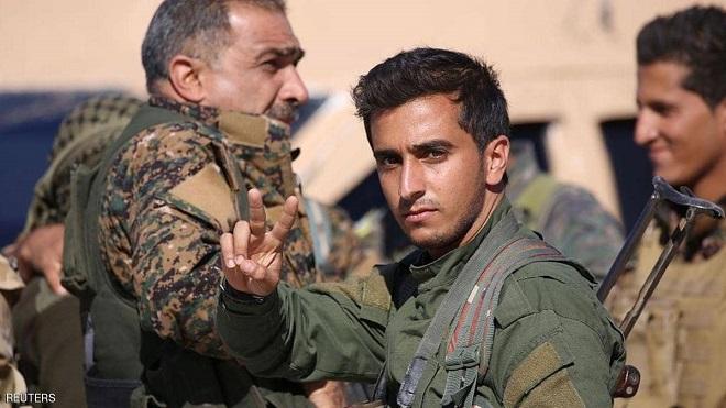 """مقاتل من """"سوريا الديمقراطية"""" يرفع إشارة النصر"""