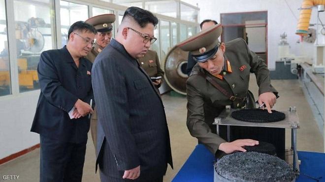 """كيم جونغ أون """"صارم"""" مع مرافقيه"""