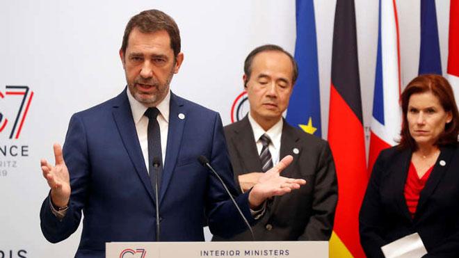 """وزير الداخلية الفرنسي، كريستوف كاستانير، في مؤتمر صحفي ختامي لاجتماع وزراء داخلية دول مجموعة """"G7"""" في باريس يوم 5 أبريل 2019"""