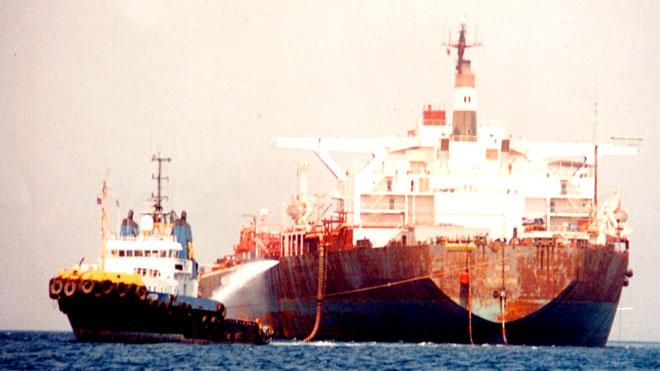 «قنبلة يمنية» عائمة في البحر الأحمر تهدد الاقتصاد العالمي