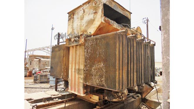 إحدى المحولات المحترقة في المحطة