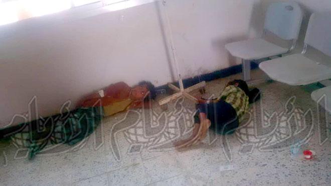 أطفال يفترشون الأرض لتلقي العلاج بلحج