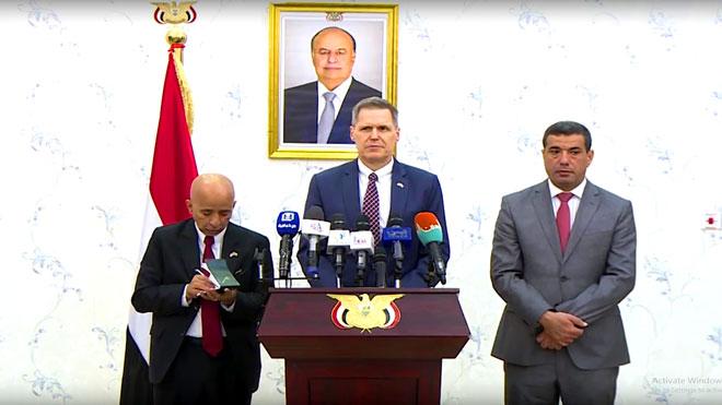 السفير الأمريكي لدى اليمن، ماثيو تولر خلال المؤتمر الصحفي بعدن