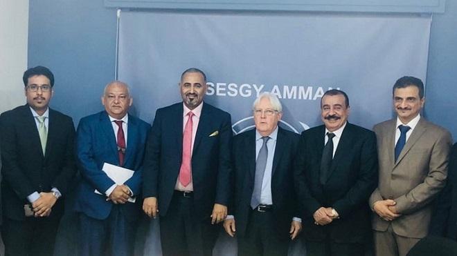 """مبعوث الأمين العام للأمم المتحدة لليمن """"مارتن غريفيث"""" ورئيس المجلس الانتقالي وأعضاءه، خلال لقاء سابق"""