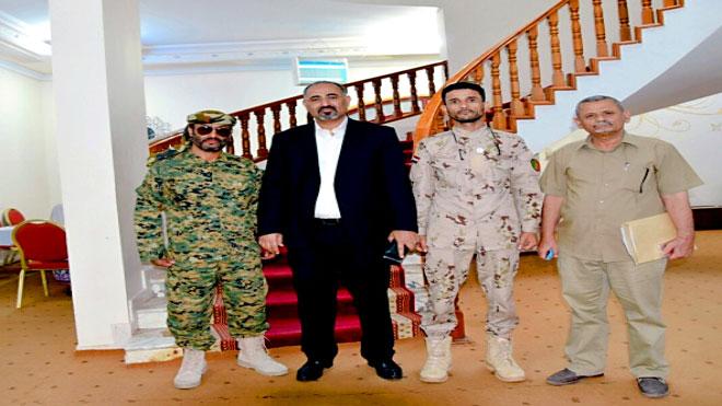 الزبيدي خلال لقائه، أمس، بقائد محور يافع عضو الجمعية الوطنية، العميد طيار عبدالعزيز المنصوري