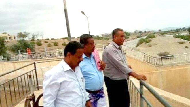 مدير زراعة أبين يتفقد تدفق السيول بوادي بنا