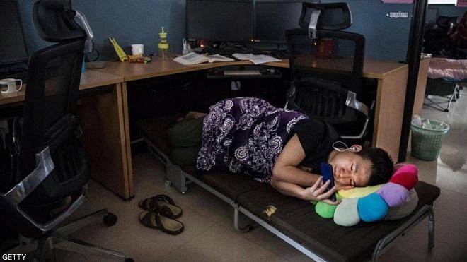 """موظف ينام تحت مكتبه في مركز أبحاث """"هواوي"""""""