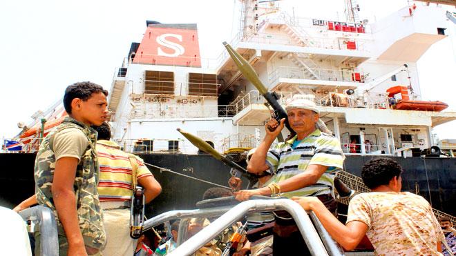 مقاتل متمرد من الحوثيين يحمل قاذفة (RPG)