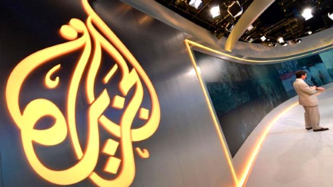 قناة الجزيرة القطرية توقف صحافيين عن العمل
