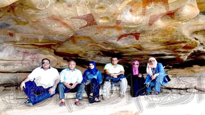 """الفريق الإعلامي في احد أقدم الكهوف """"لاست جييل"""" في أرض الصومال"""