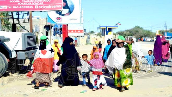 نساء وأطفال يزحفون الى ساحة الاحتفال