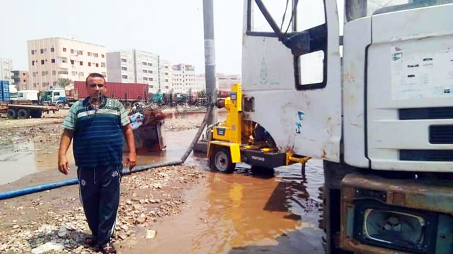 طوارئ الانتقالي تباشر شفط المياه الراكدة في عدن